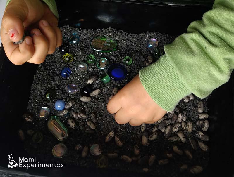 Colocando materiales para caja sensorial galáctica