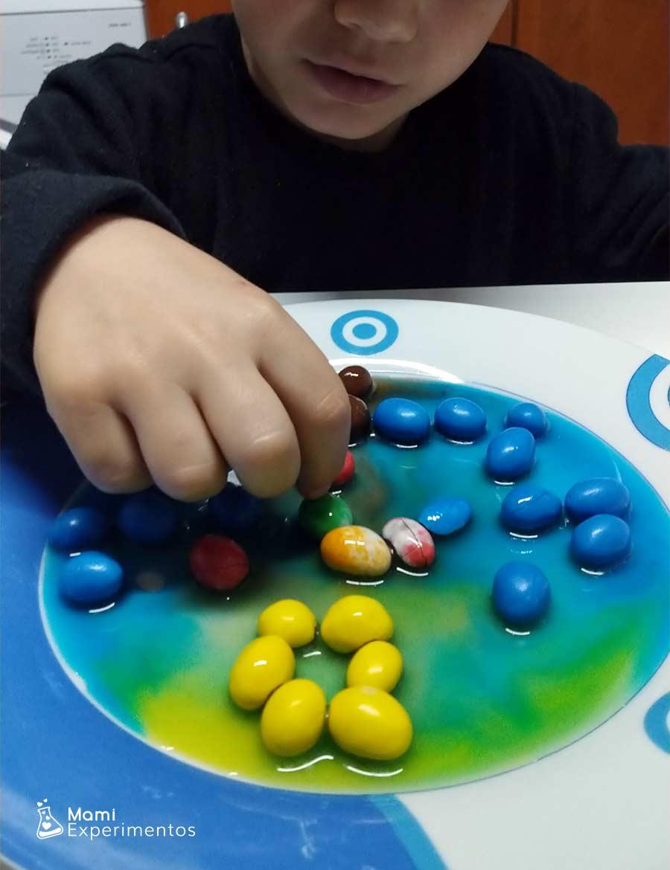 Colores tomando su camino en creación navideña con caramelos