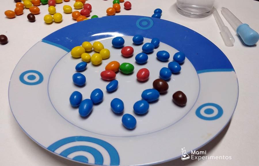Composición de navidad con caramelos de colores