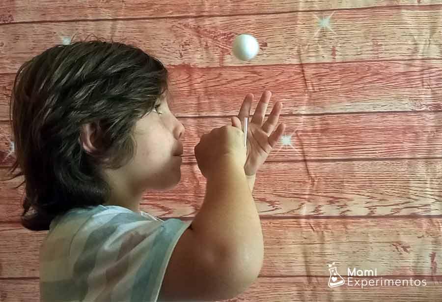 Concentración haciendo volar pelota soplando