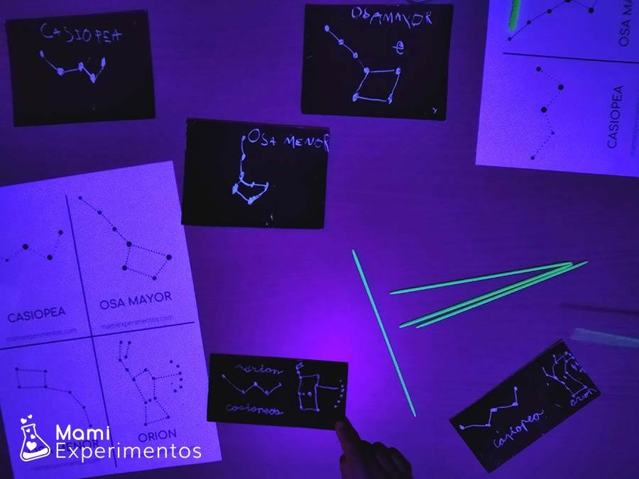Constelaciones en cartulinas fluorescentes para taller sobre el universo