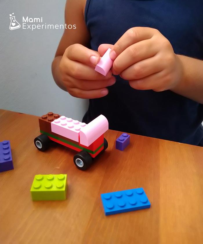 construir coches con piezas lego para experimento propulsión con globos