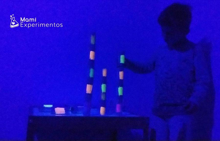 Construcciones con rollos de papel higiénico y luz negra