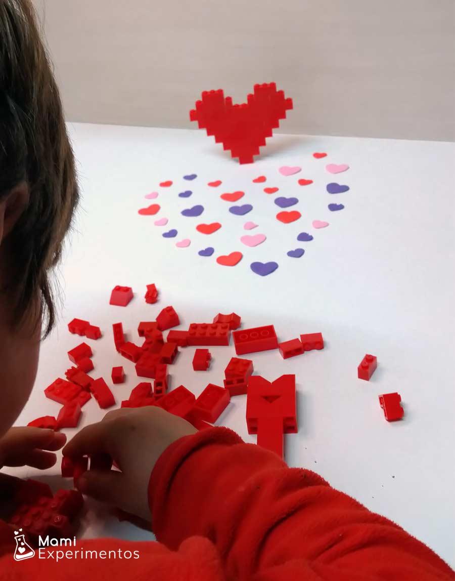 Construcciones de amor y amistad con piezas lego