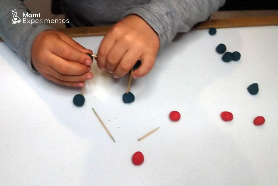 Construir estructuras con plastilina y palillos