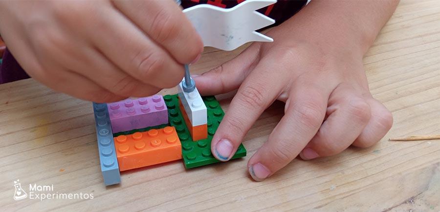 Construyendo barco pirata con piezas lego