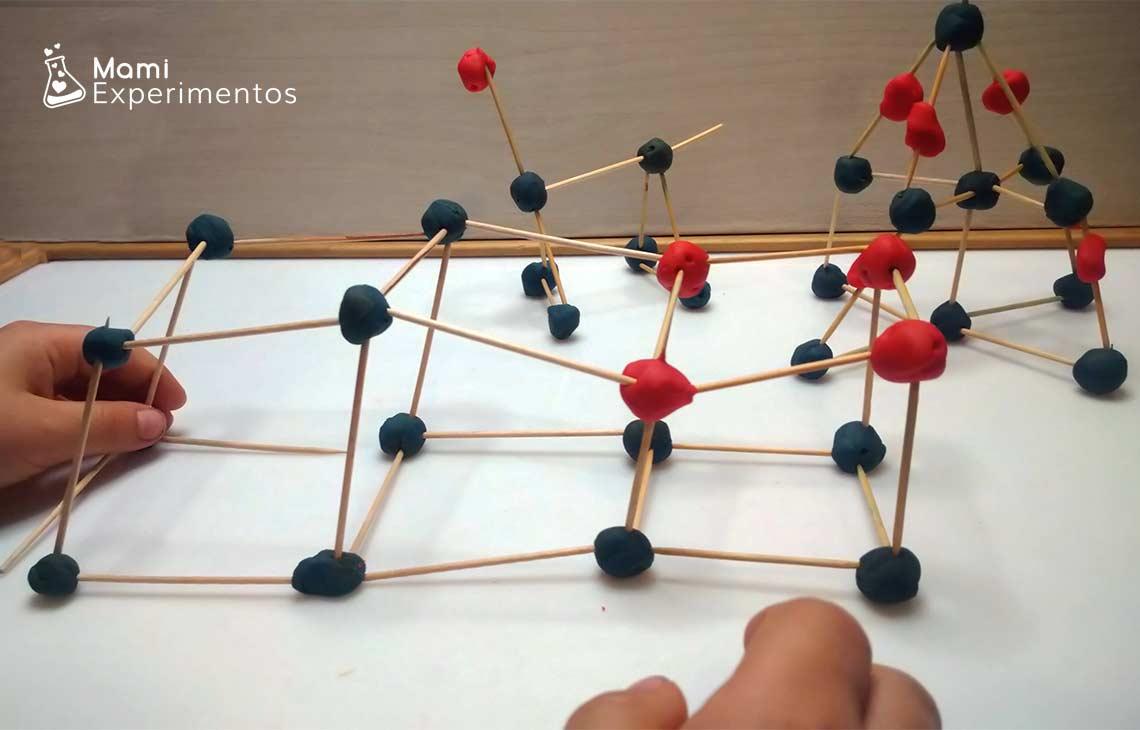 Construir estructuras geométricas con plastilina y palillos