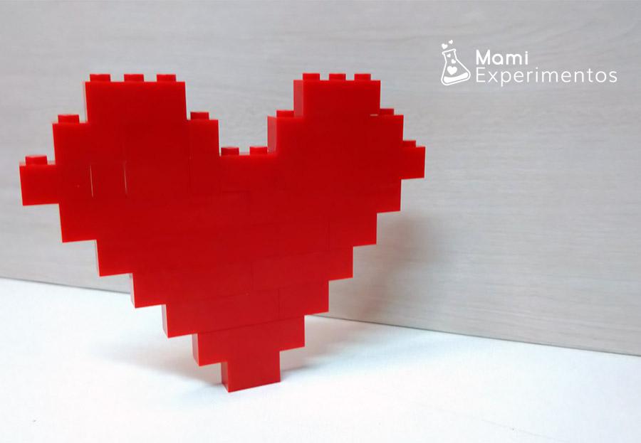 Corazón rojo de amor y amistad con piezas lego