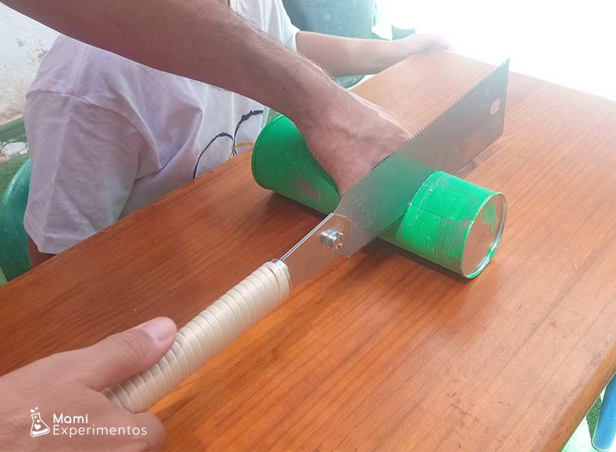 Cortando extremo para crear un altavoz con botes pringles