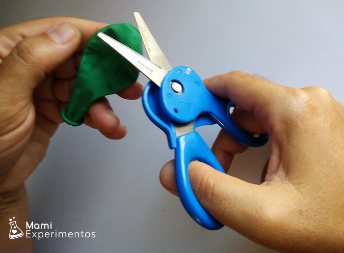 cortando globo para lanzador de pompones