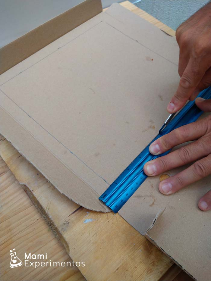 Cortar tres partes de la tapa para horno solar casero