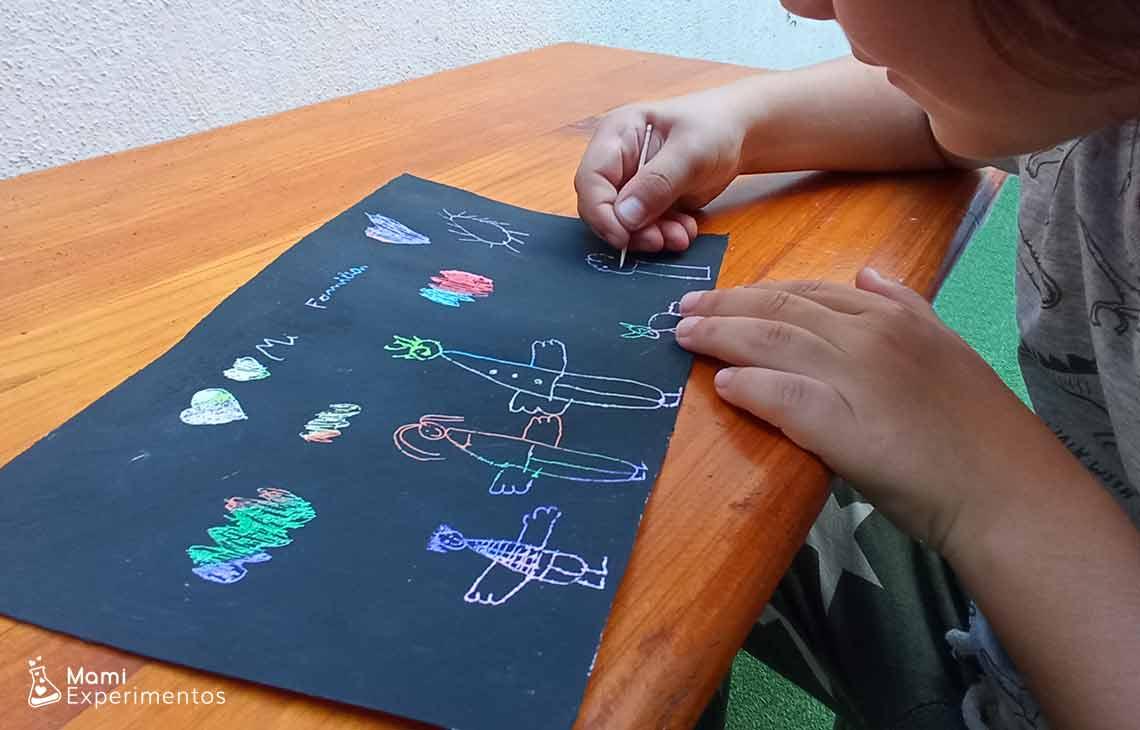 Creación artística con técnica de raspado en el día de las familias