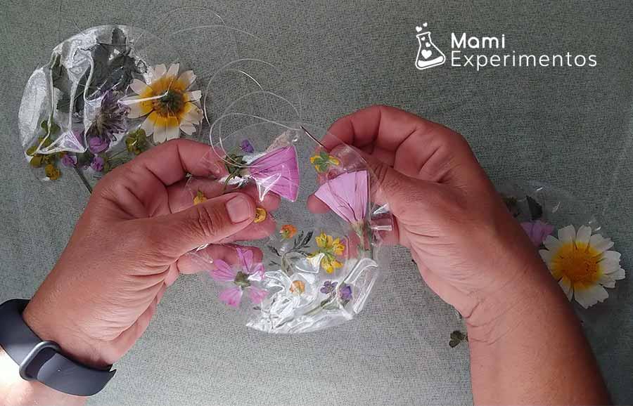 Creando cadeneta de atrapasoles de flores con hilo de pescar