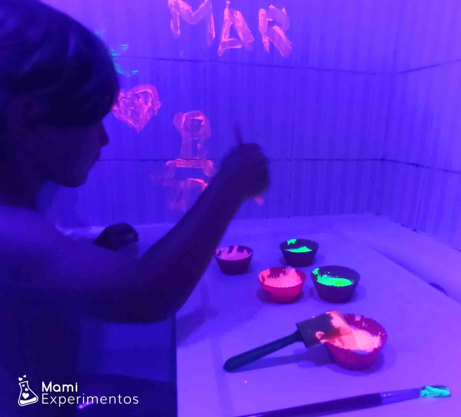 Creando en los azulejos del baño con pinturas fluorescentes y luz negra
