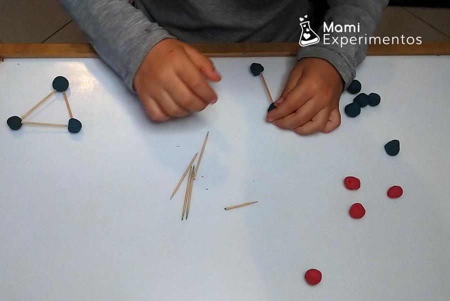 Creando estructuras geométricas con plastilina y palillos