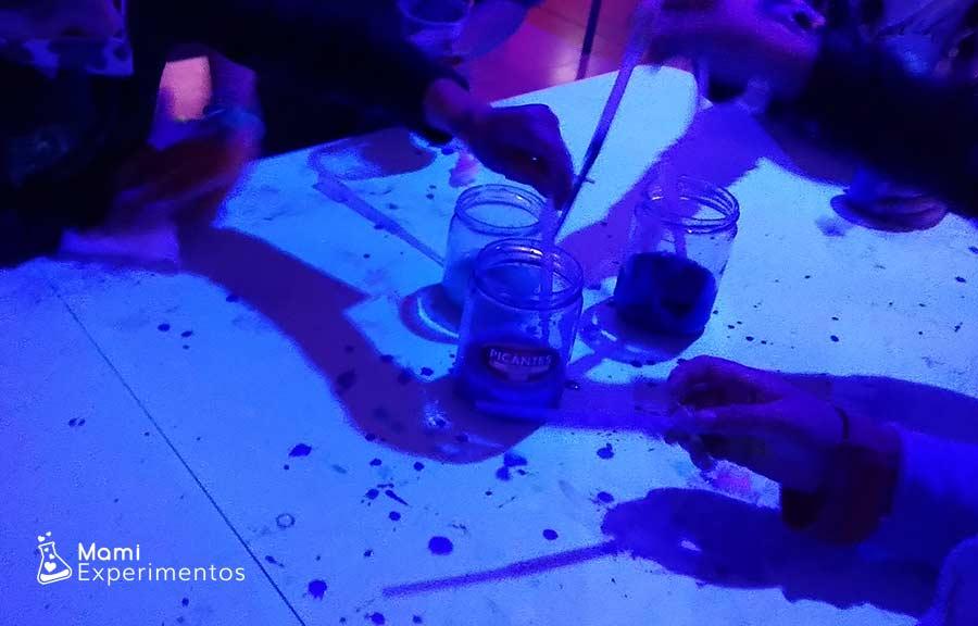 Creando nebulosas en vasos transparentes taller sobre el universo
