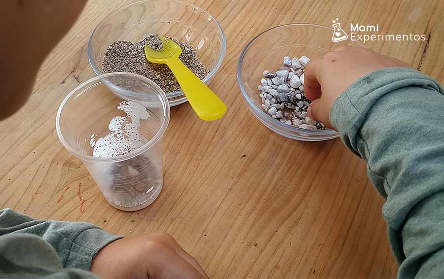 Creando roca sedimentaria en un vaso