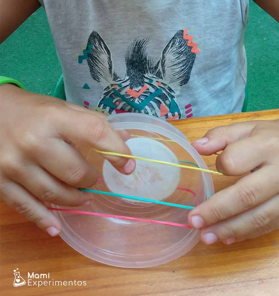 Creando sonido con recipientes de plástico
