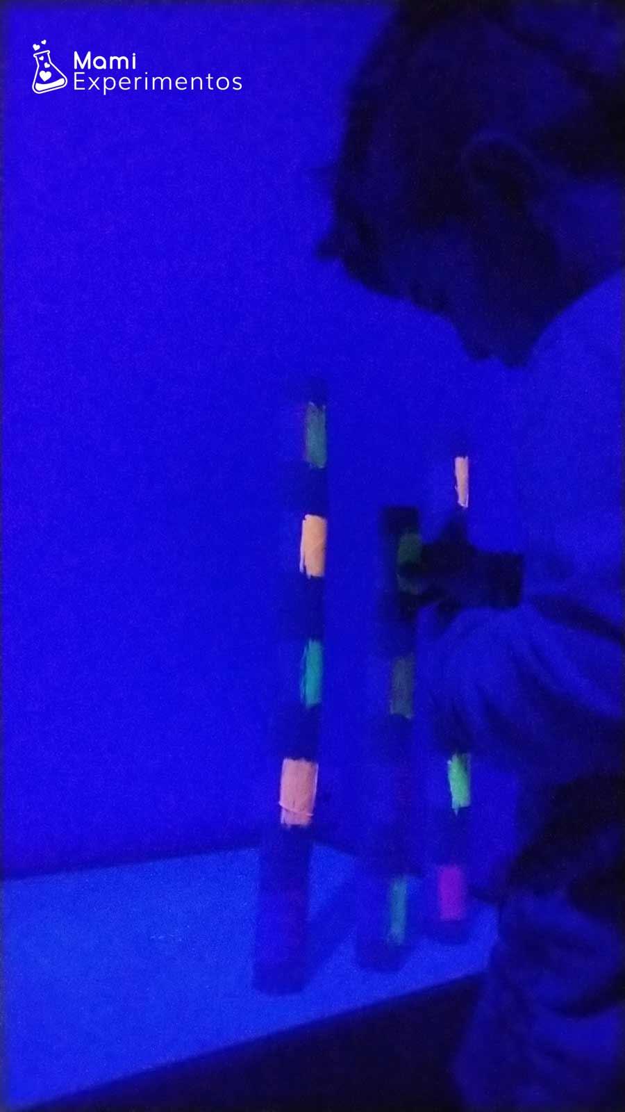 Creando torres con rollos fluorescentes y luz negra