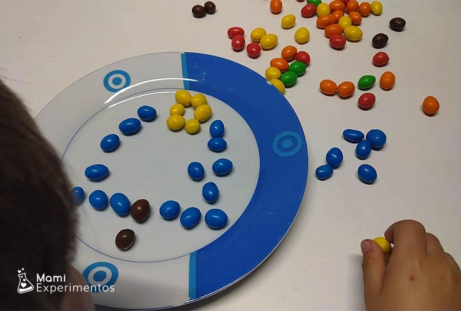 Crear árbol de navidad con caramelos de colores de chocolate