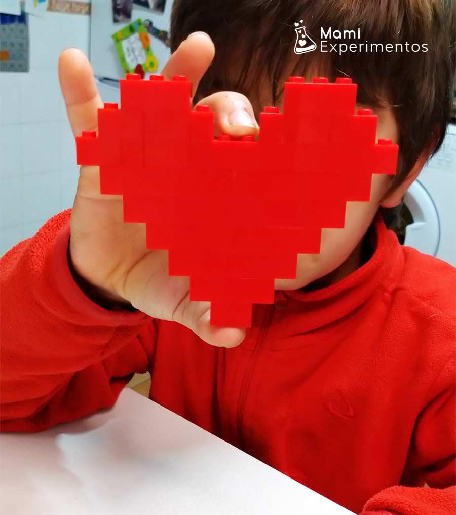 Crear corazones y jugar con piezas lego