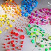 Crear flor gigante con pétalos de diversos materiales y colores