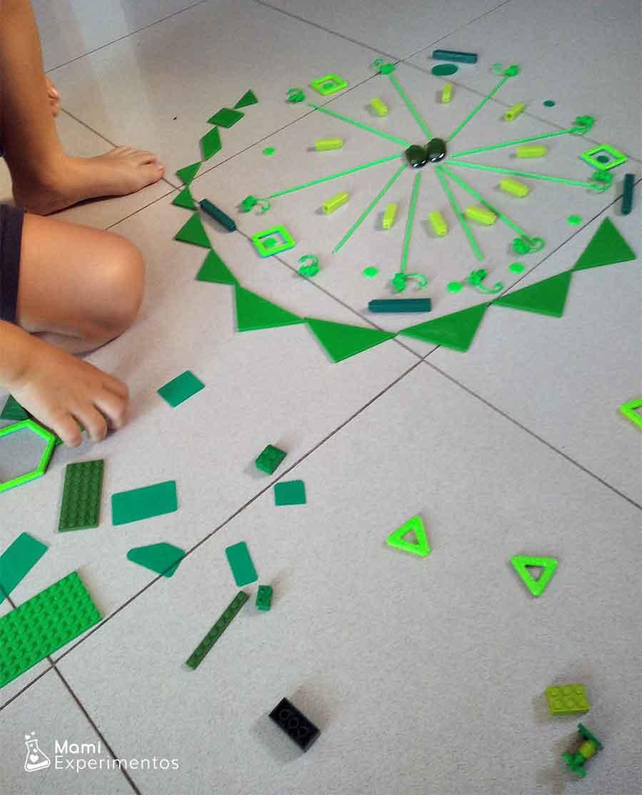 Crear mandala monocromático con juguetes de casa verdes