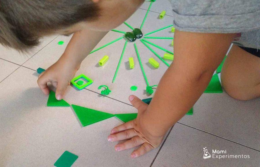 Crear mandala monocromático gigante con juguetes cotidianos