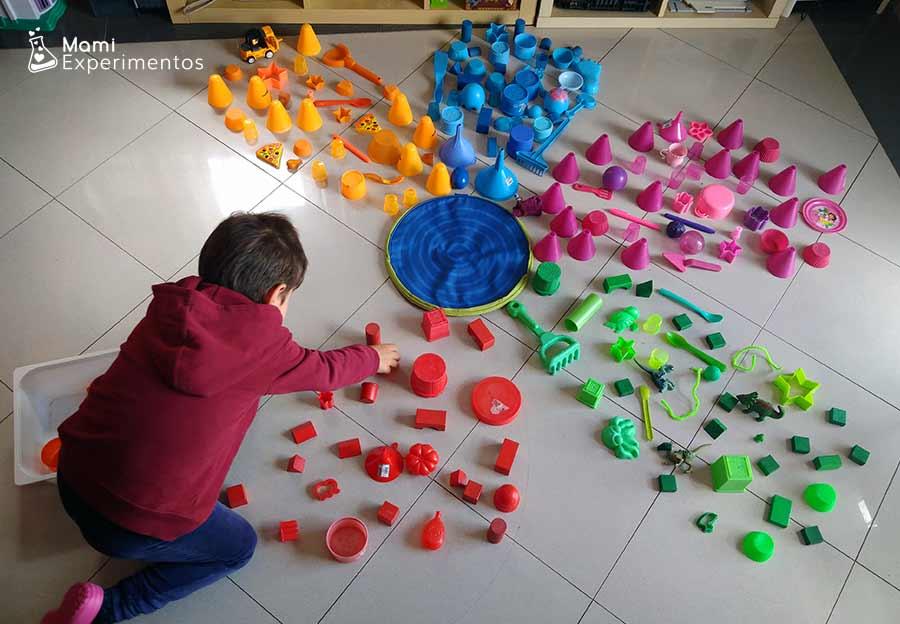 Crear pétalo rojo en flor gigante con objetos de colores