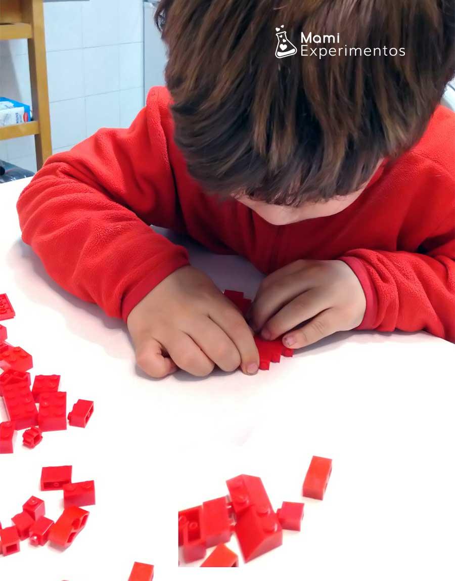 Creatividad con corazones hechos de piezas lego