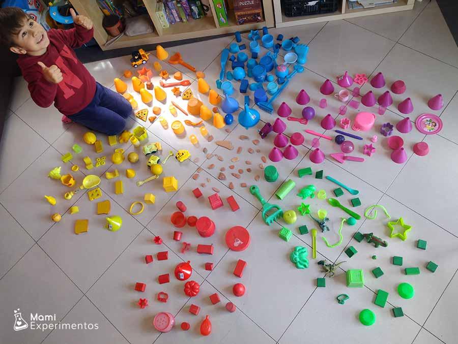 Creatividad en flor gigante con objetos de colores