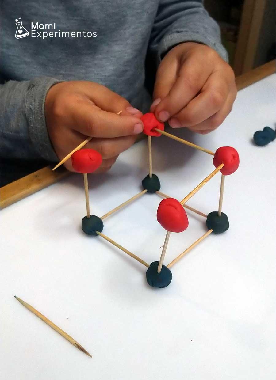 Cuadrado geométrico con plastilina y palillos