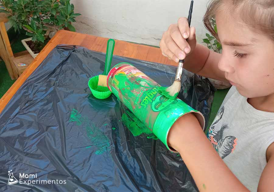 Decorando bote pringle con pintura verde