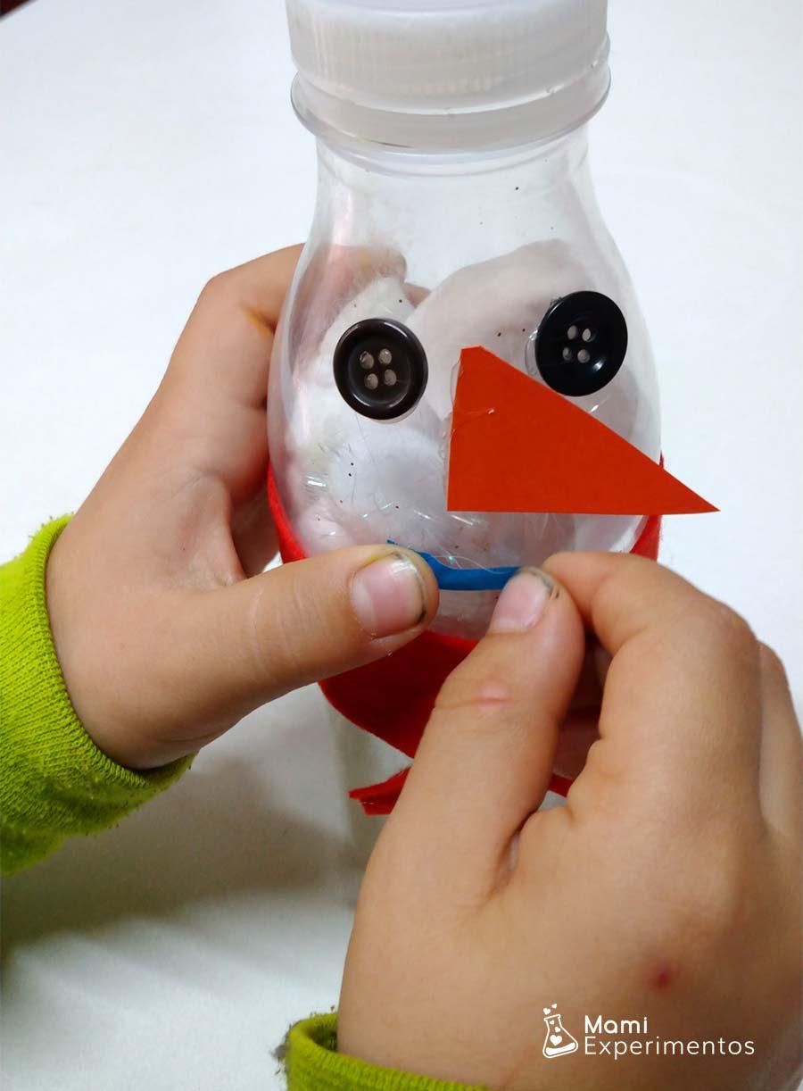 Decorando botella sensorial muñeco de nieve con pompones
