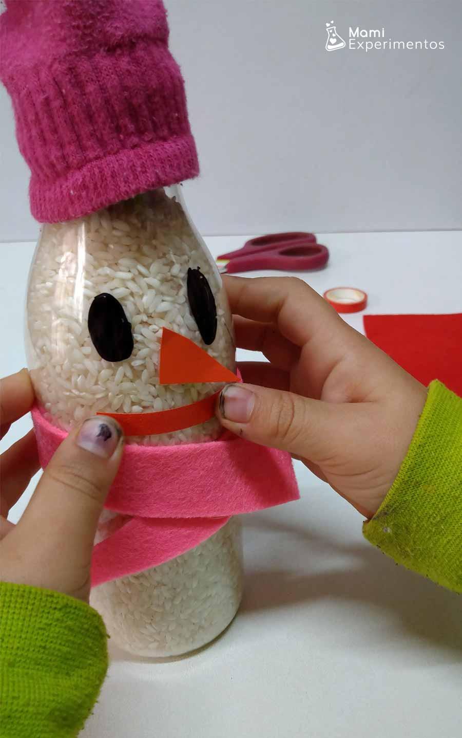 Decorando cara en botella sensorial muñeco de nieve