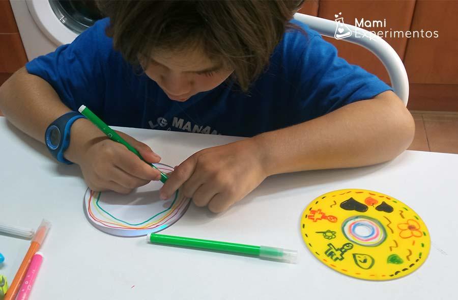 Decorando un cd con rotuladores de colores para hacer spinner