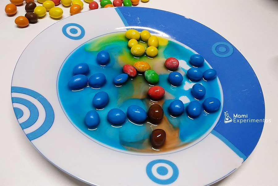 Densidad de colores en creación navideña con caramelos de colores de chocolate