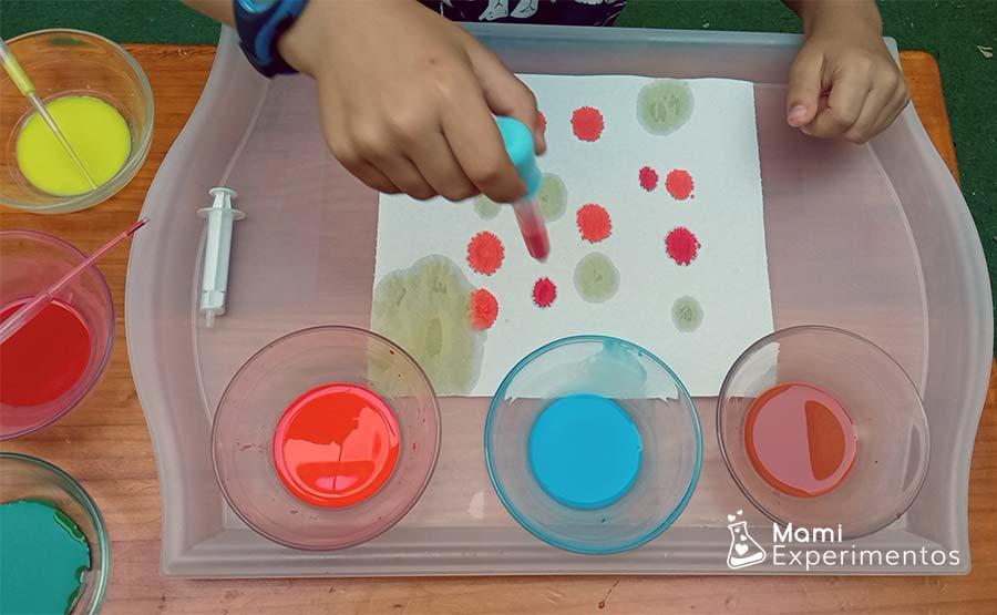 Desarrollo creatividad con goteros y acuarelas líquidas en papel de cocina