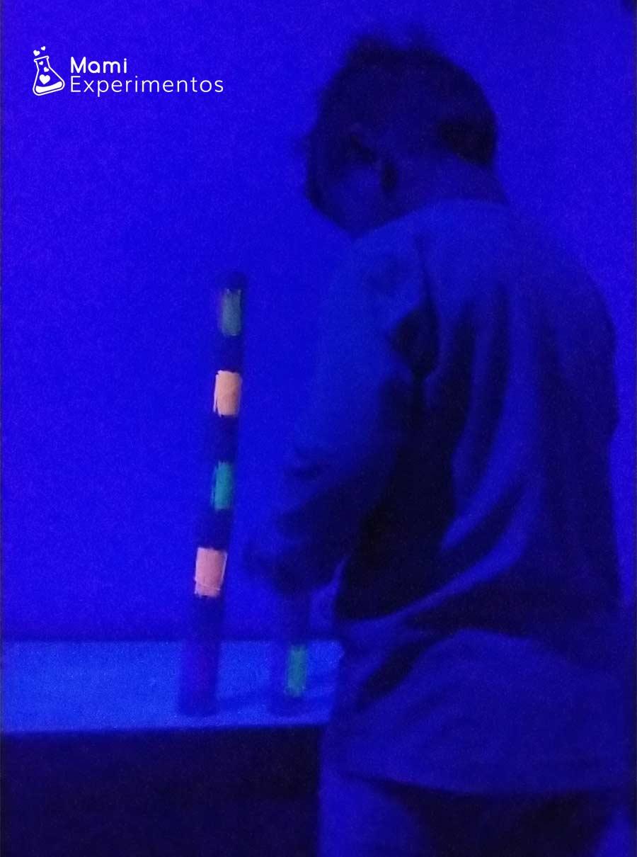 Desarrollo creatividad construyendo en entorno de luz negra