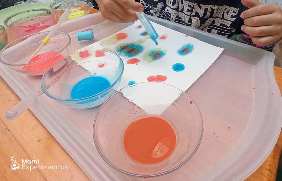 Desarrollo motricidad con jeringuilla para arte con acuarelas en papel de cocina