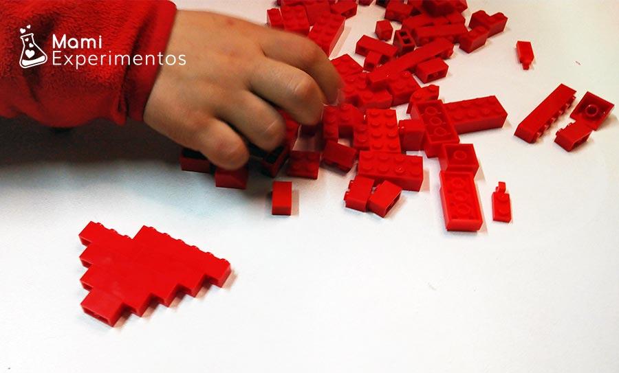 Desarrollo motricidad con corazón hecho de piezas lego