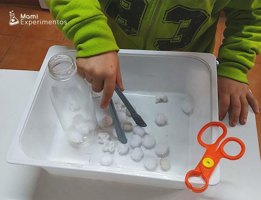 Desarrollo motricidad fina jugando con pinzas y botellas sensoriales navidad