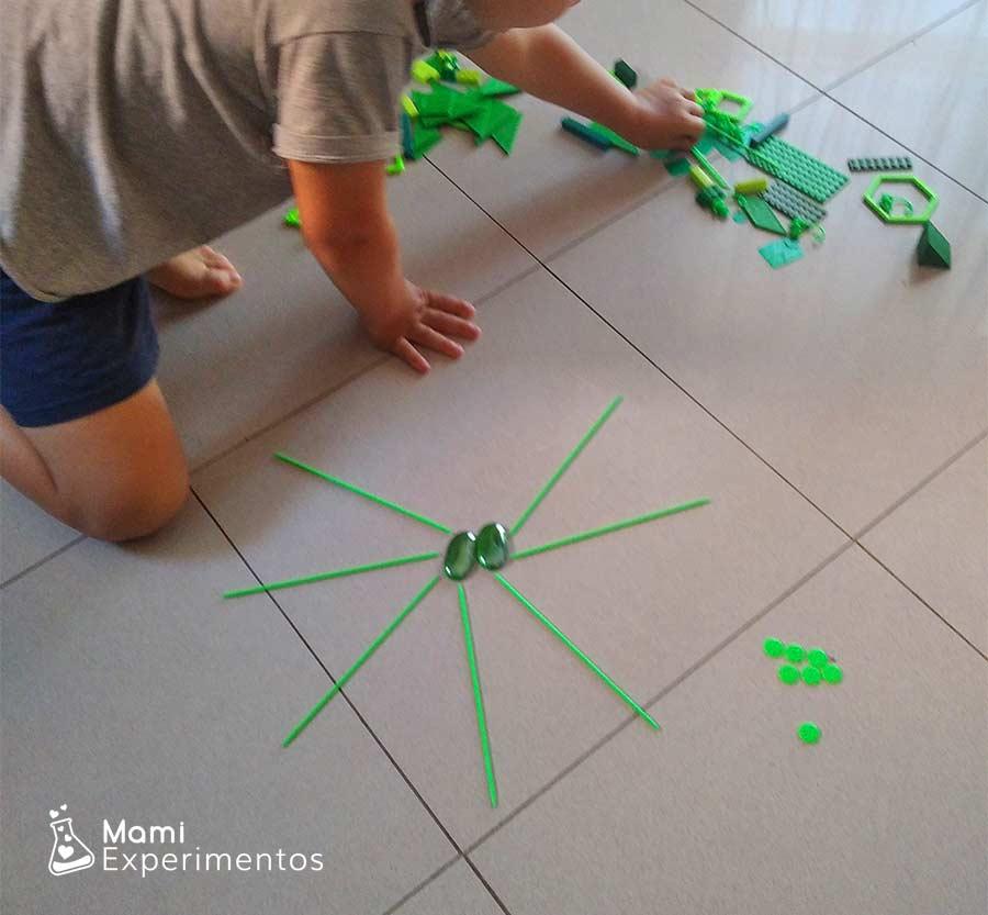 Desarrollo motriz creando mandala monocromático verde