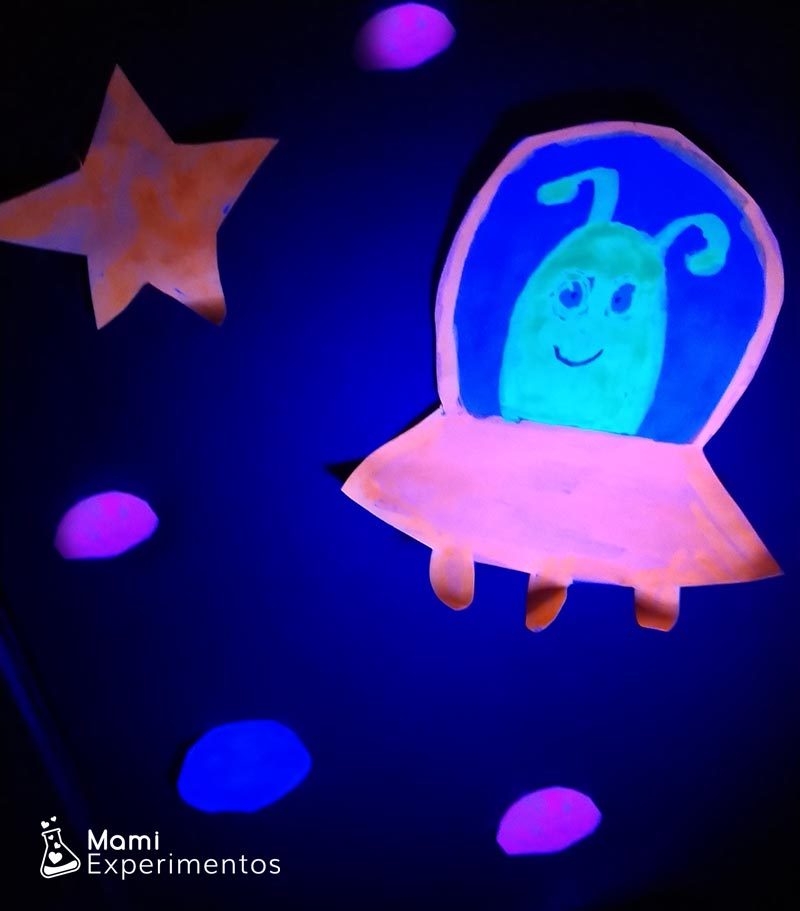 Detalles fluorescentes caja sensorial espacial con luz negra