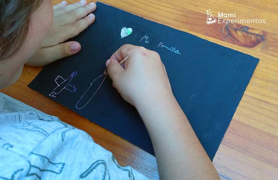Dibujando a la familia creación artística con ceras y témpera negra