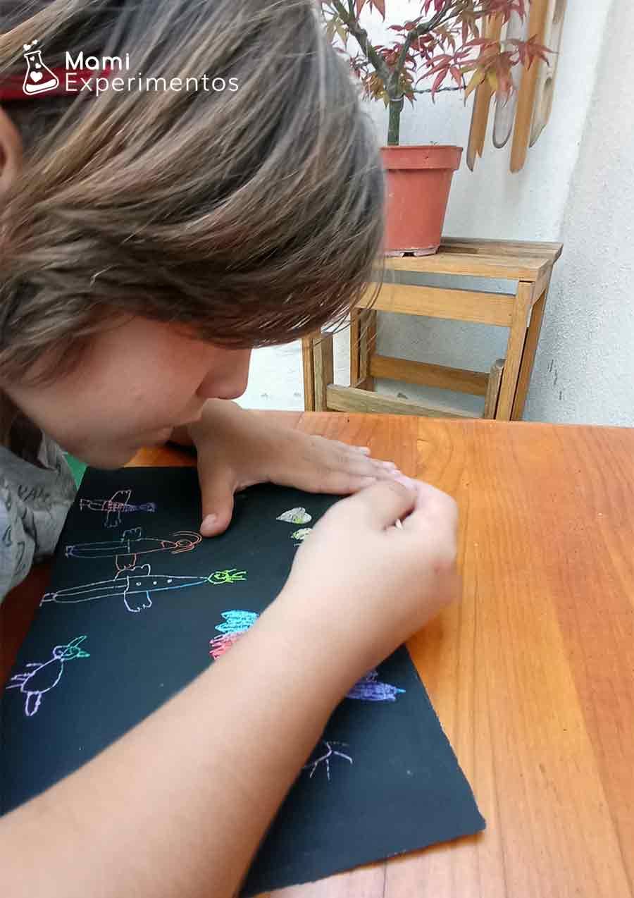 Dibujando a la familia con un palillo de dientes técnica de raspado