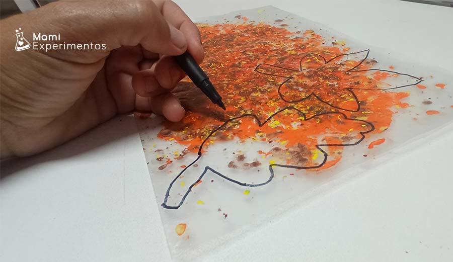 Dibujando hojas de otoño en forro para recortar y decorar ventanas