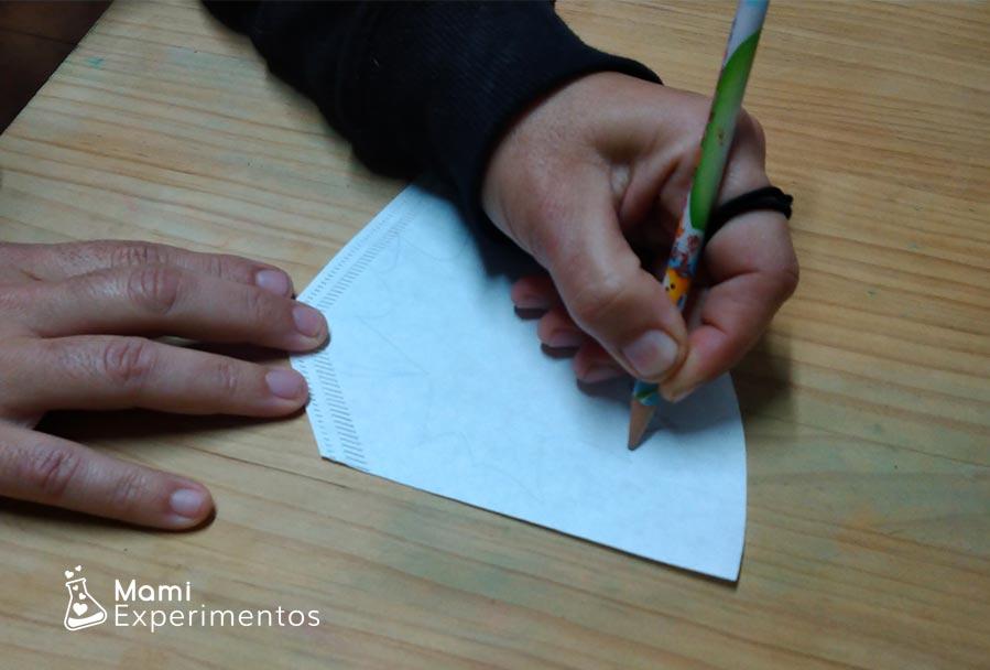 Dibujando hojas de otoño en papel de filtro de café experimento absorción