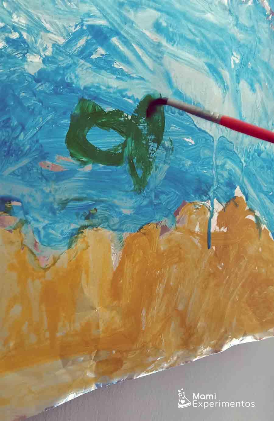 Dibujando peces de colores en papel de aluminio arte veraniego