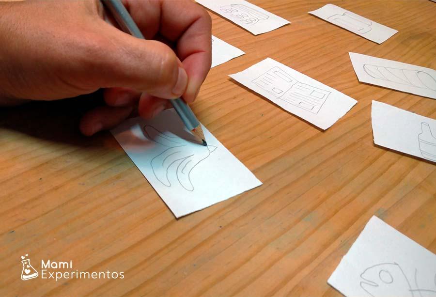 Dibujando tarjetas de diferentes productos para reciclar en bandeja del día de la Tierra